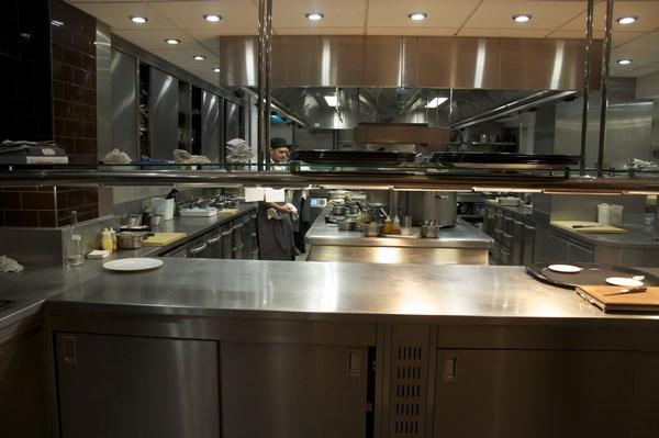 cocina industrial grande con isla