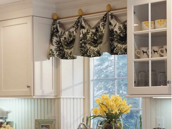 pequeñas cortinas con accesorios para cocina